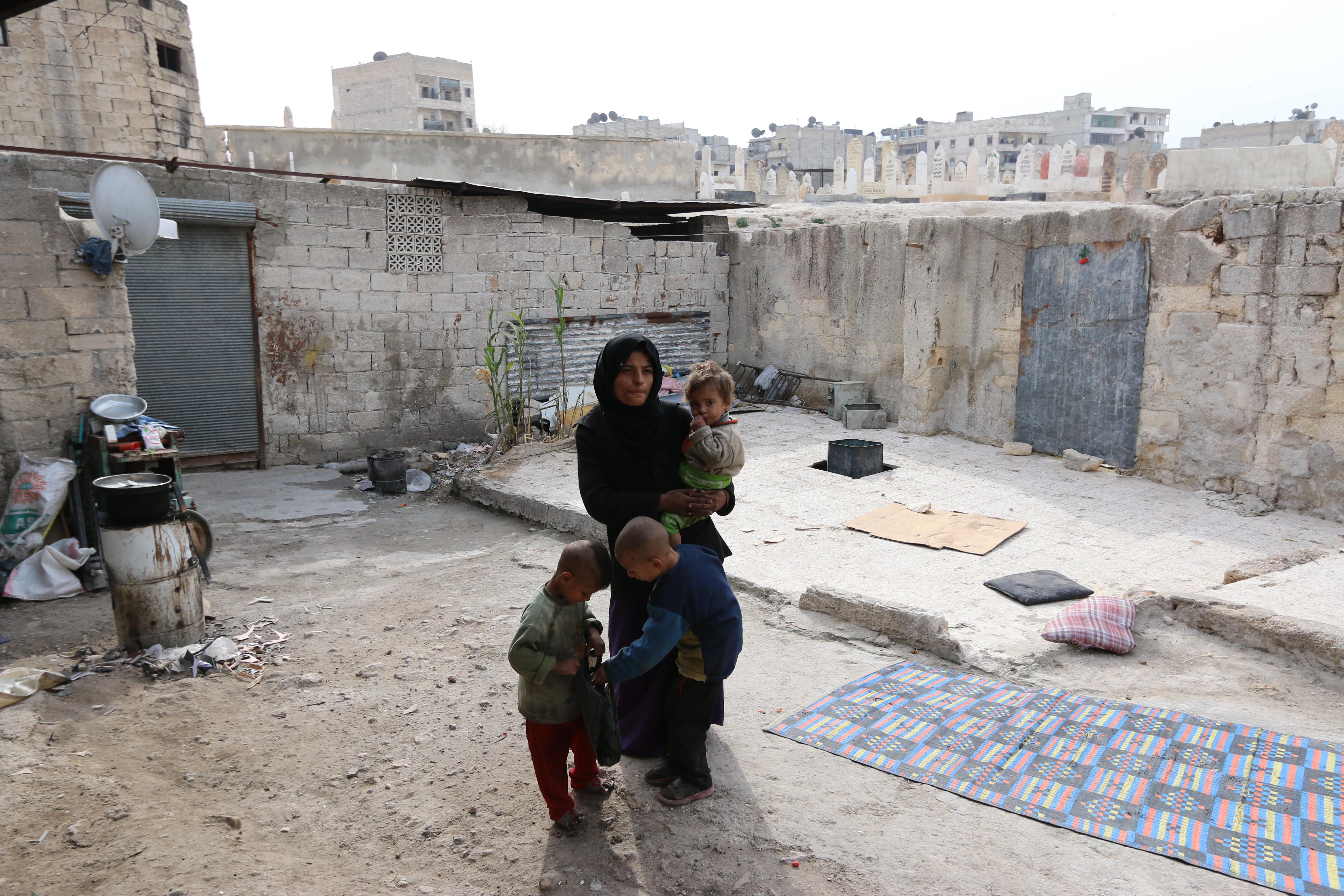 أمرأة-تعيش-مع-أطفالها-في-كهف-في-حي-المعادي-بحلب-