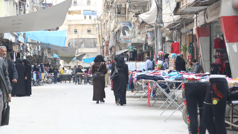 نساء يسرن في إحدى الأحياء المدنيّة في سوريا