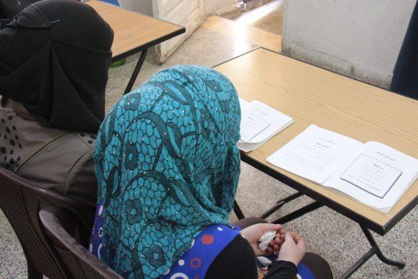 نساء يتعلمن القراءة والكتابة في إحدى دورات محمو الأمية في ريف إدلب- - تصوير معهد صحافة الحرب والسلام