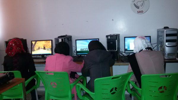 مشاركات في ورشة العمل على جهاز الكمبيوتر تصوير شادية تعتاع