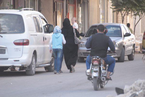 نساء مع أطفالهم اثناء زيارة الأقارب- تصوير معهد صحافة الحرب والسلام