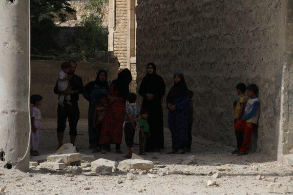 عائلة فقدت منزلها بقصف طائرات النظام حي ضهرة عواد شرقي حلب. صور من حلب بعدسة: مجاهد أبو الجود