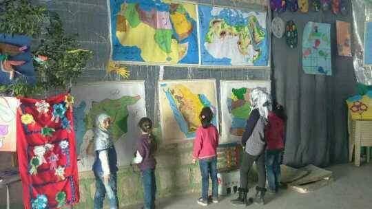 الطلاب أمام وسائل العرض الإيضاحية تصوير سونيا العلي