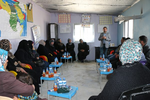 جلسة حوارية مع الأهل في إحدى المدارس لبحث مشكلة تسرب الطلاب تصوير خالد عبد الكريم