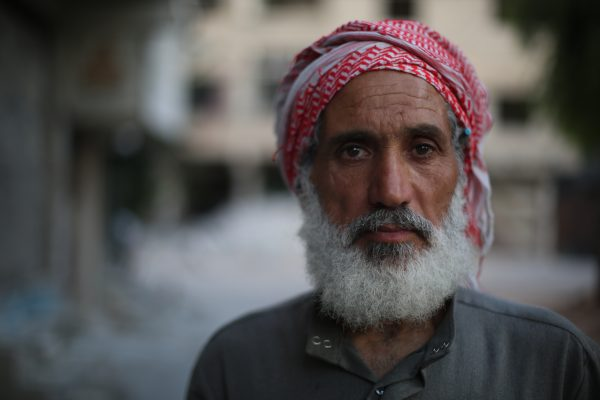 رجل كبير في السن من سكان المرج نازح لمدينة زملكا