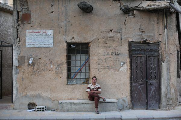 شاب يجلس على الطريق في مدينة زملكا