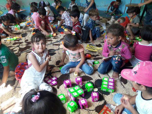 من غرف الترفيه التي أنشأتها حملة عيش الطفولة في خيمات النزوح تصوير خالد عبد الكريم