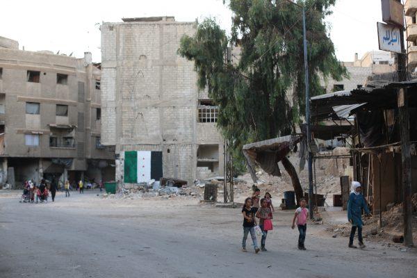 الاطفال يمشون في الشارع