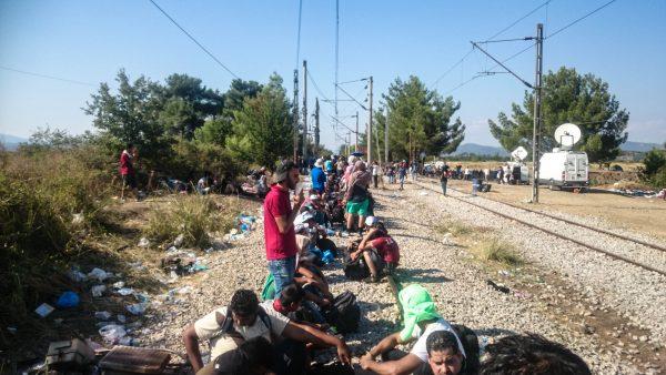 شبان ينزحون من مدينة الى مدينة اخرى في اليونان - تصوير احمد الخليل