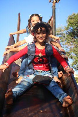 طفلات سوريات يتزلحقن على زحليقة خلال أيام العيد في أحد أحياء مدينة درعا جنوب سوريا.